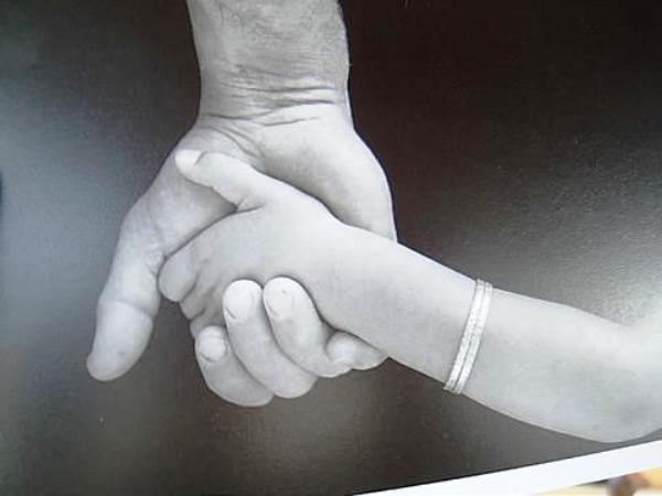 mains-enfant-adulte